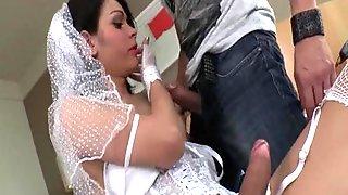 Порно невесту трахают два транса, порно видео домашка анус