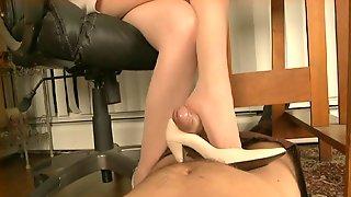 порно онлайн подглядывание под столом на ножки в туфлях мастурбация