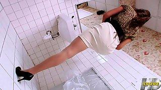 video-dirka-v-stene-tualeta-realnoe-video-snyatoe-na-mobilnik-video-kak-pozval