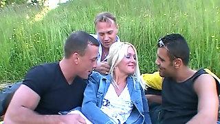 Трое мужиков ебут одну блондинку — img 8